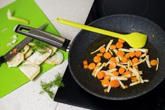 Cenoura e aipo fritados na bandeja, aipo cortado a bordo Imagem de Stock Royalty Free