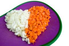 A cenoura e a cebola cortaram o close up na forma do coração Foto de Stock