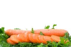 Cenoura e fatias frescas maduras sobre alguma salsa Imagem de Stock