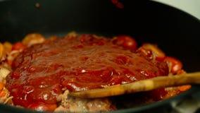 Cenoura e pasta da cebola do tomate do bacon em um close up da bandeja filme