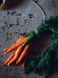 Cenoura fresca e doce em uma tabela cinzenta foto de stock