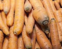 Cenouras alaranjadas em um supermercado Fotos de Stock