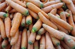 Cenouras alaranjadas robustas empilhadas Imagens de Stock