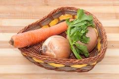 Cenouras, cebolas e aneto em uma cesta Fotografia de Stock