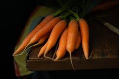 Cenouras com a faca no claro-escuro imagens de stock royalty free
