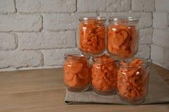Cenouras cortadas em partes diferentes em uma bacia fotos de stock royalty free