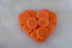 Cenouras cortadas que fazem uma forma do coração Fotografia de Stock Royalty Free