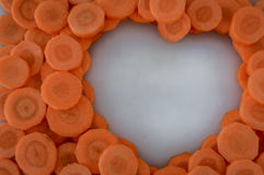 Cenouras cortadas que fazem uma forma do coração Foto de Stock