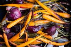 Cenouras cozidos e cebola roxa Imagens de Stock Royalty Free