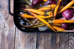 Cenouras cozidos e cebola roxa Imagens de Stock