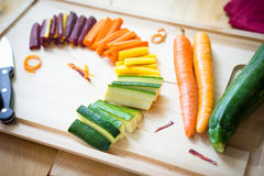 Cenouras do arco-íris nas fatias e no abobrinha imagens de stock royalty free