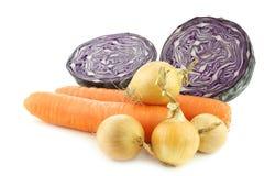 Cenouras do inverno, cebolas marrons e uma couve vermelha do corte Foto de Stock
