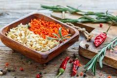 Cenouras e aipo secados em uma bacia de madeira Imagens de Stock