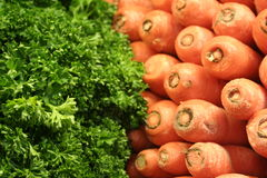 Cenouras e alface frescas no mercado Imagens de Stock