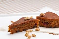 Cenouras e sobremesa saudáveis frescas do bolo das nozes Imagens de Stock