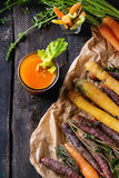 Cenouras e suco coloridos Foto de Stock