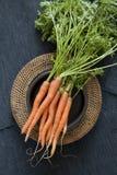Cenouras em uma placa do rattan Foto de Stock
