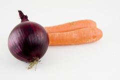 Cenouras frescas e cebola vermelha foto de stock royalty free