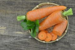 Cenouras frescas, fatias na cesta em de madeira Imagens de Stock Royalty Free