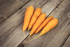 Cenouras frescas no fundo de madeira Imagens de Stock