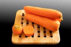 Cenouras na bandeja de madeira fotografia de stock