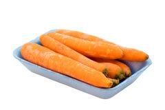 Cenouras no pacote de varejo azul, isolado no fundo branco imagens de stock