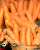 Cenouras orgânicas na cesta Imagens de Stock Royalty Free