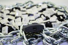 Censura, restricciones y restricciones en Internet concepto, llaves de los teclados de ordenador en espacio encadenado y debajo d fotos de archivo libres de regalías