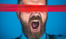censura Varón barbudo brutal hombre que envuelve la boca por la cinta adhesiva Día internacional del derecho humano Libertad del  foto de archivo