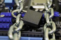 Censuur, beperkingen en beperkingen op Internet concept, motherboard in kettingen onder slot en sleutel stock foto's