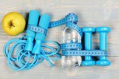 Centímetro amarrado em torno do material desportivo no azul ciano imagens de stock royalty free