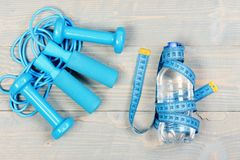 Centímetro no azul ciano amarrado em torno da garrafa fotos de stock royalty free
