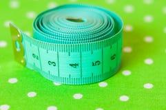 Centímetro verde em um fundo verde Imagens de Stock