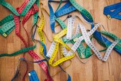 Centímetros diferentes para costurar na tabela Foto de Stock