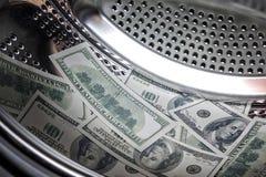 Cent billets d'un dollar dans une machine à laver, blanchiment d'argent photo stock