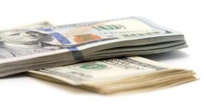 Cent billets d'un dollar sur un fond blanc images libres de droits