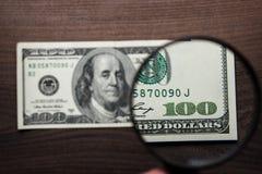 Cent dollars d'authentification de billet de banque photographie stock libre de droits
