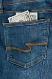 cent dollars dans la poche de jeans Photographie stock