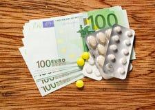 Cent euro billets de banque et pilules Photo stock