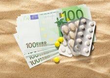 Cent euro billets de banque et pilules Photos stock