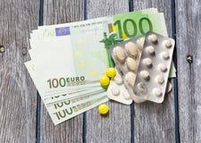 Cent euro billets de banque et pilules Photographie stock libre de droits