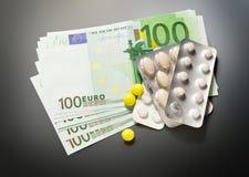 Cent euro billets de banque et pilules Images stock