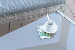 Cent euro et vides tasses de café sur une table en verre de café extérieur Paiement, astuce images libres de droits
