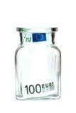 Cent euros dans un pot en verre, sur un fond blanc Image libre de droits