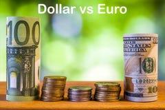 Cent euros et cent dollars US ont roulé le billet de banque de factures Photo libre de droits
