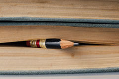 Cent fonds de livre de page avec le petit crayon parfait Image stock