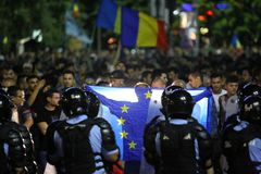 Centaines blessées dans des protestations de la Roumanie photographie stock libre de droits