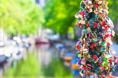 Centaines colorées de serrures de cadenas-amour sur le canal Photos stock