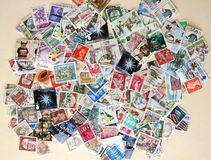 Centaines de timbres-poste internationaux photo stock