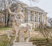 Centaur statua i Pavlovsk pałac Zdjęcie Royalty Free